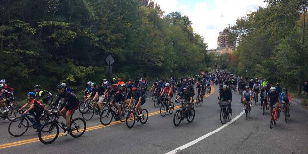 Des cyclistes avaient rendu hommage à Clément Ouimet qui est décédé à la suite d'une collision avec un véhicule sur sur la voie Camillien-Houde.