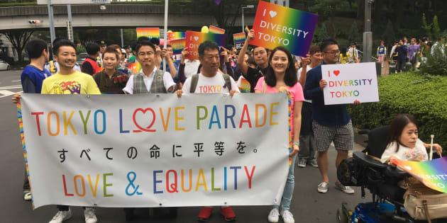 新宿中央公園から出発したTOKYO LOVE PARADEは靖国通りを抜け新宿二丁目にある新宿公園へと向かった。