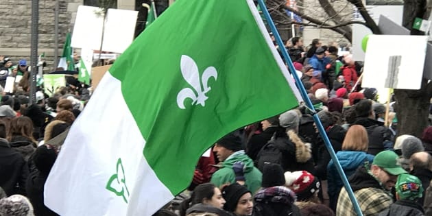 Drapeau franco-Ontarien, lors d'une manifestation pour la défense du français, le 1er décembre 2018.