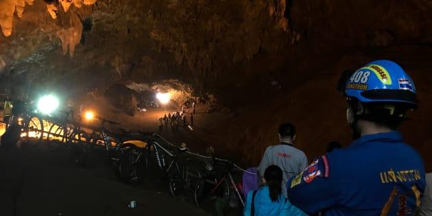 タムルアン洞窟で少年らの救出に向かうレスキューチーム(6月25日撮影)