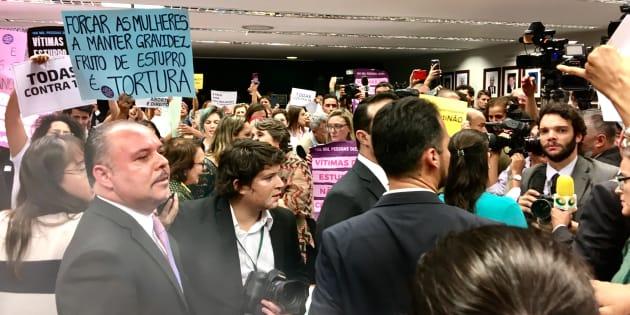 Ativistas mulheres ocupaam comissão da PEC que pode proibir aborto até no caso de estupro.