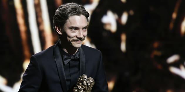 Swann Arlaud recevant le César de meilleur acteur lors des César à Paris le 2 mars 2018.