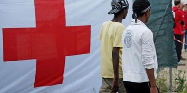 Due migranti entrano nella tendopoli allestita alla stazione Tiburtina dalla Croce Rossa, Roma. (ANSA/ALESSANDRO DI MEO)