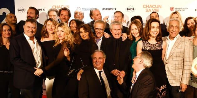 """Claude Lelouch et l'équipe de son film """"Chacun Sa Vie"""" à Paris le 13 mars."""