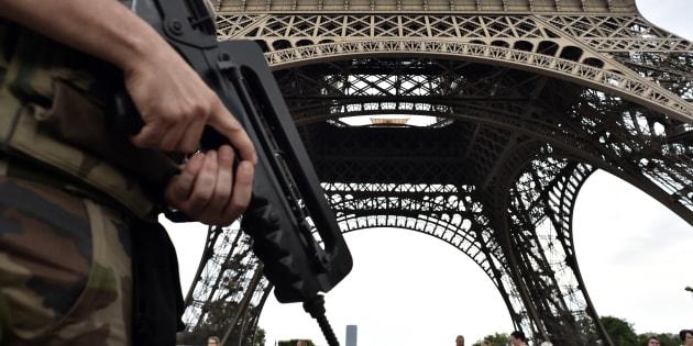 """Un soldat de l'opération Sentinelle - mise en place pour répondre aux """"menaces"""" - devant la tour Eiffel"""
