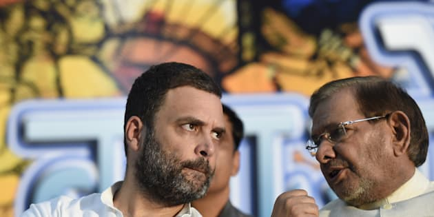 Congress Vice President Rahul Gandhi with Sharad Yadav during 'Sajhi Birasat Bachao Sammelan' called by JD(U) leader Sharad Yadav at Constitution Club on August 17, 2017 in New Delhi. (Photo by Arvind Yadav/Hindustan Times via Getty Images)