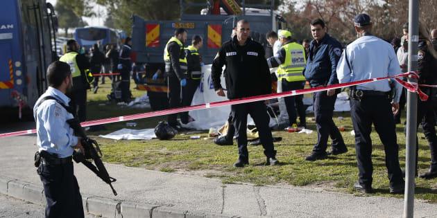 Des forces de sécurité israélienes et des médecins sur les lieux de l'attaque à Jérusalem, le 8 janvier.