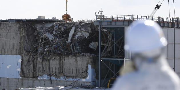 Un employé devant le réacteur 3 de la centrale nucléaire de Fukushima.