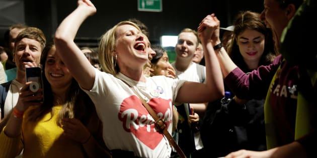 Activistas por el sí celebran la victoria en Dublín, Irlanda.