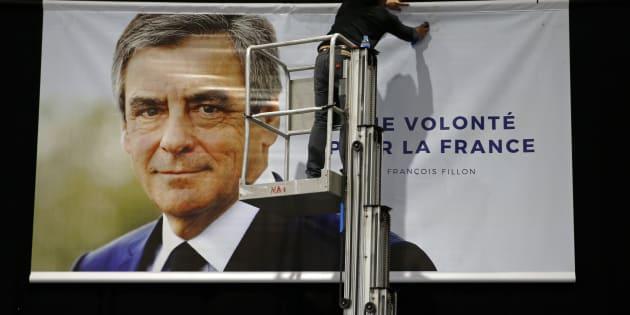 L'affiche de campagne de François Fillon installée avant son meeting de campagne de Lille, le 18 avril 2017.