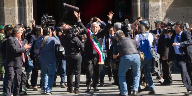 """El presidente Andrés Manuel López Obrador a su llegada a Palacio Nacional, donde sostuvo una comida con sus invitados y miles de personas le esperaban y coreaban """"Es un honor estar con Obrador""""."""