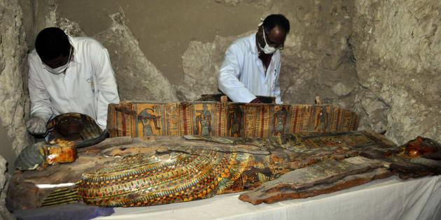 Les membres d'un équipe archéologues ont découvert huit momies dans une tombe vieille de 3500 ans près de la ville de Louxor en Egypte.