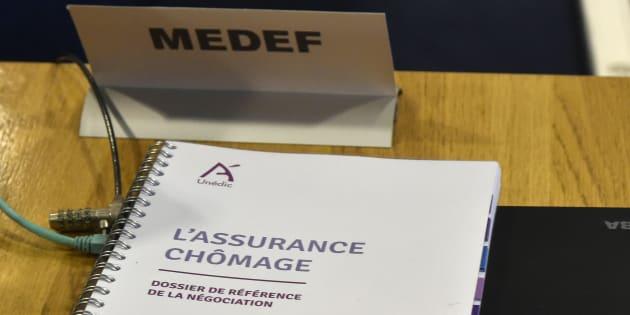 Un dossier concernant l'assurance chômage, lors d'une réunion de négociation entre syndicats de patrons et d'employés, au MEDEF le 22 février 2016.