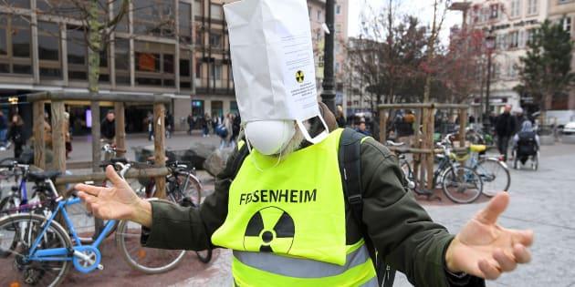 Un manifestant réclame la fermeture de la centrale nucléaire de Fessenheim, le 3 février 2018 à Strasbourg.