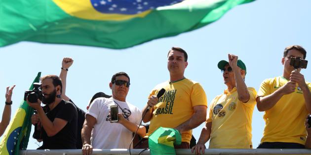 Flávio Bolsonaro, filho de Jair, comandou protesto na Praia de Copacabana, no Rio de Janeiro.