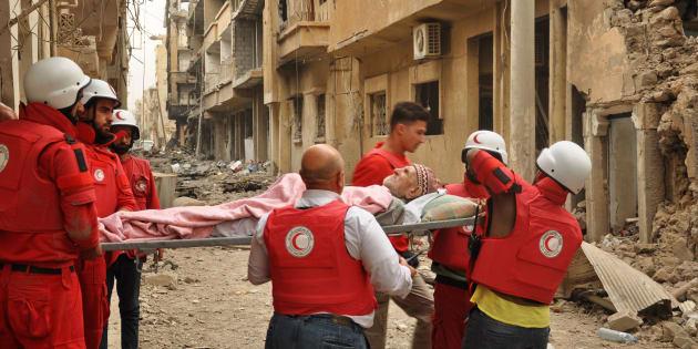 La région de Deir Ezzor est en proie à de multiples violences depuis plusieurs mois, comme en témoigne cette image des membres du Croissant rouge en train de transporter Abu Mahmud, 90 ans, sur une civière, le 6 novembre dernier.