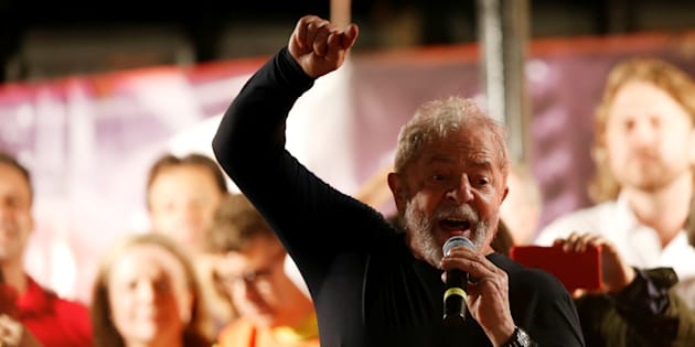 """Caravana de Lula pelo Sul do País foi repleta de manifestações. Entre os petistas, os gritos eram: """"Lula, guerreiro do povo brasileiro"""", """"Facistas, fascistas, não passarão"""". Já entre os opositores: """"Lula, ladrão, seu lugar é na prisão"""", """"Bolsonaro"""" e """"Uh, é a PM""""."""