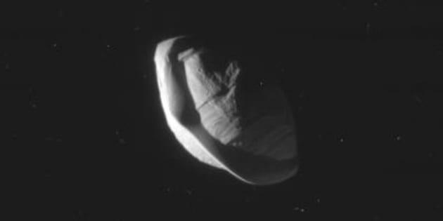 La lune Pan, qui orbite autour de Saturne, prise en photo par la sonde Cassini.