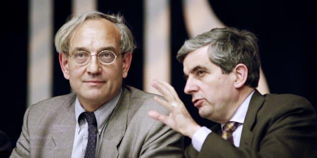 Max Gallo (à gauche), alors député européen, et Jean-Pierre Chevènement (à droite), alors ministre de la Défense, s'entretiennent lors de la séance de clôture du 10ème Congrès National du Parti Socialiste, le 18 mars 1990 à Rennes.