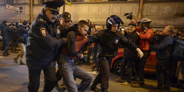 En Russie, au moins 270 arrestations lors de manifestations pour l'anniversaire de Poutine