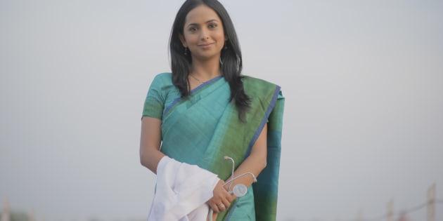 Atriz Meinal Vaishnav interpreta a protagonista da trama, a Dr. Sneha Mathur.