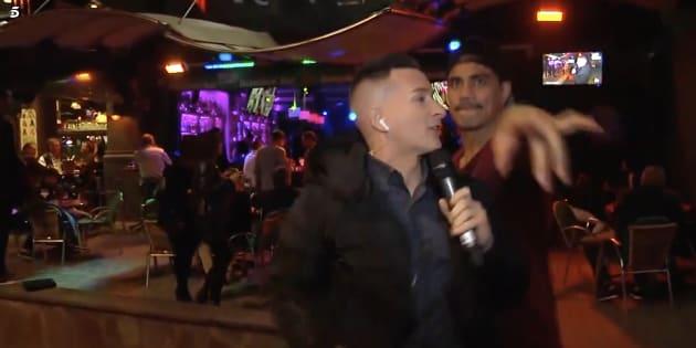 Un reportero de 'Sádabo Deluxe' se enfrenta a un espontáneo en pleno directo.