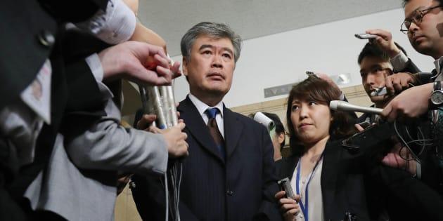 辞任を表明した福田淳一財務事務次官(中央)=4月18日、財務省