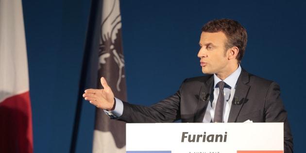 Emmanuel Macron rencontrera Gilles Simeoni et Jean-Guy Talamoni dans une salle de réunion de la collectivité territoriale de Corse.