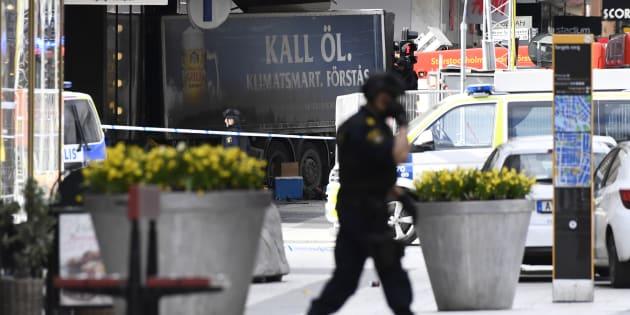 Les secours s'activent près de la scène de l'attaque au camion, dans le centre de Stockholm, le 7 avril.