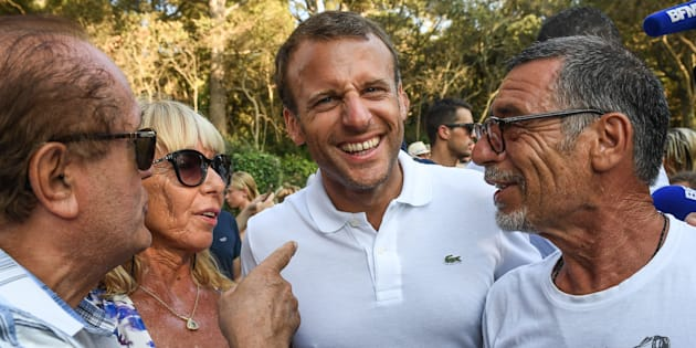 """Malgré la construction d'une piscine à Brégançon, Macron (ici à Bormes-les-Mimosas) """"préfère milles fois la mer"""" accommoder"""