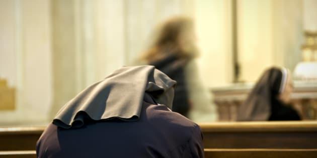 Suora colpisce più volte alla testa un sacerdote con un matt