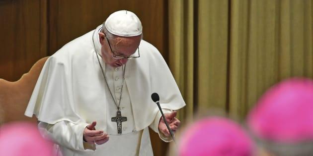 El papa Francisco reza en el inicio de una cumbre para la prevención de abusos sexuales, en el Vaticano, el 21 de febrero de 2019. (Vincenzo Pinto/Pool Photo via AP)