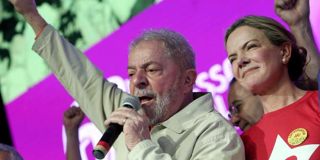 """""""O governo brasileiro tem que explicar porque a Polícia Federal não cumpriu decisão judicial"""", diz Gleisi Hoffmann sobre pedido de soltura de Lula."""