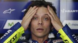 Valentino Rossi cade dalla moto in allenamento e si frattura tibia e perone. Già operato, ma il Mondiale è