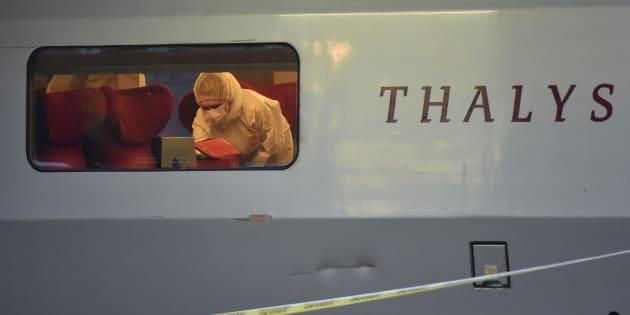 À Arras, la police inspecte la voiture du Thalys Amsterdam-Paris dans laquelle a eu lieu l'attaque, le 21 août 2015.