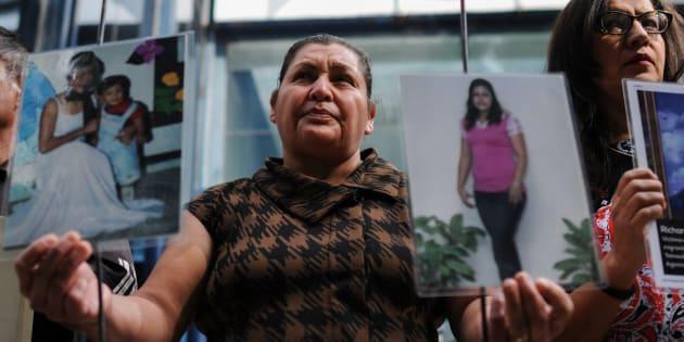 Familiares de algunos migrantes que fueron asesinados en San Fernando, Tamaulipas en el año 2010, realizaron una protesta afuera de la Procuraduría General de la República, el 24 de agosto de 2017.