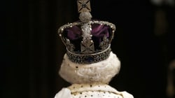 Elizabeth II discute des inconvénients de sa «très lourde»