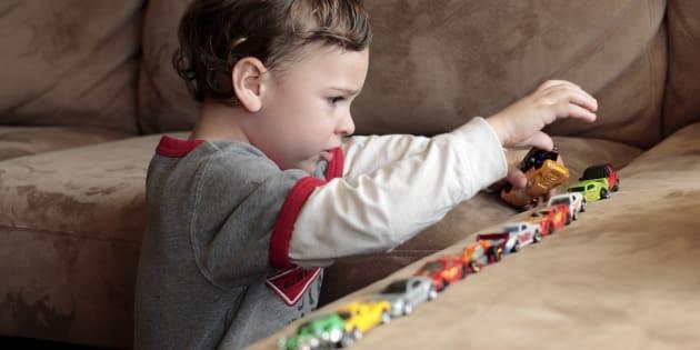 La similarité et la confusion entre l'autisme prototypique et syndromique résident durant la période préverbale qui peut se prolonger jusqu'à l'adolescence dans certains cas.