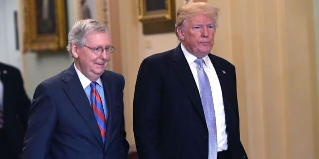 El presidente Donald Trump y el líder mayoritario del Senado, Mitch McConnell, realizan un recorrido luego de sostener un almuerzo con senadores republicanos en el Capitolio.