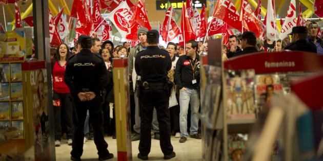 Grupo de manifestantes con banderas de los sindicatos en el aeropuerto general durante la huelga general de 2012.