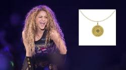 Pour faire la promotion de sa tournée, Shakira vendait un collier orné d'un symbole
