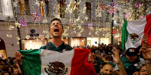 Fans mexicanos en las calles de Moscú festejaban y eran festejados por los de distintas nacionalidades. REUTERS/Sergei Karpukhin     TPX IMAGES OF THE DAY