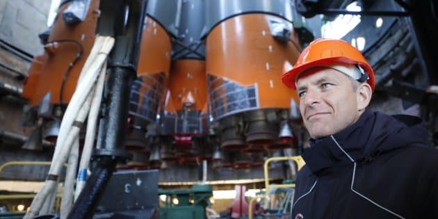 David Saint-Jacques devant la fusée de la capsule Soyouz, le 9 octobre dernier.