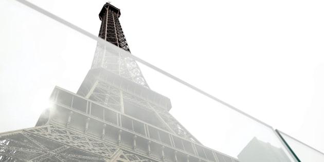 Nueva pared de vidrio a prueba de balas ante la Torre Eiffel (París).