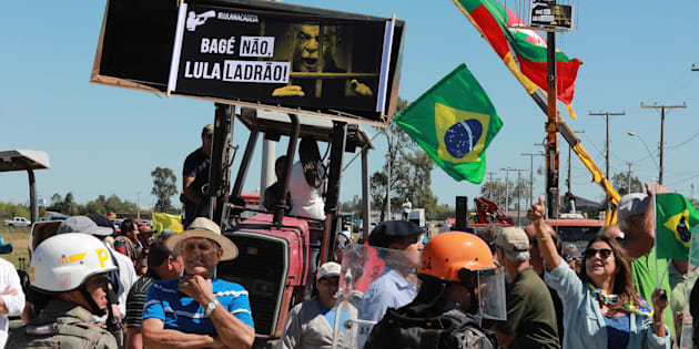 Após mulher ser internada por agressão em caravana do Lula pelo Sul, PT repudia atos de violência.