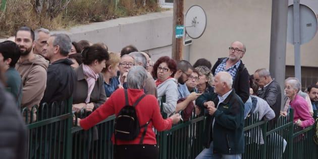 Desenes de persones feia cua ahir davant l'IES Montbui, de Santa Margarida de Montbui (Barcelona), per votar en el referèndum de l'1-O.
