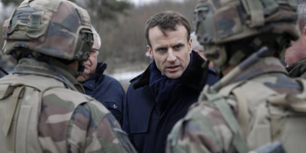 """Ce service militaire voulu par Macron qui vise à rétablir """"l'amour du pays"""" chez les jeunes."""