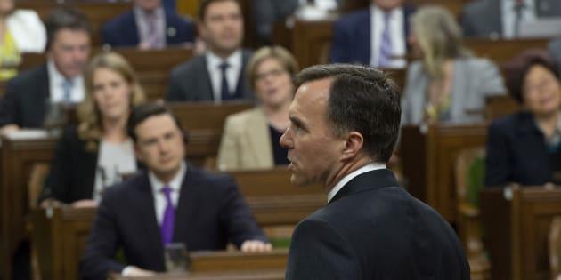 Le ministre des Finances Bill Morneau tentant de livrer son discours du budget face au chahut des conservateurs.