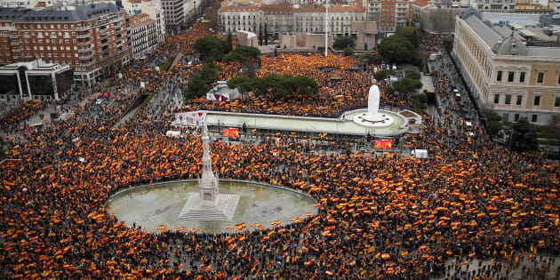 """De acuerdo con la policía española, fueron 45 mil personas las que manifestaron; sin embargo, los organizadores alegaron ser """"más de 200 mil"""". Se concentraron en la céntrica plaza de Colón y alrededores."""