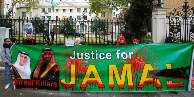 Des manifestants protestent devant l'ambassade d'Arabie saoudite à Londres contre le meurtre de Jamal Khashoggi et la guerre au Yémen, le 25 octobre 2018.